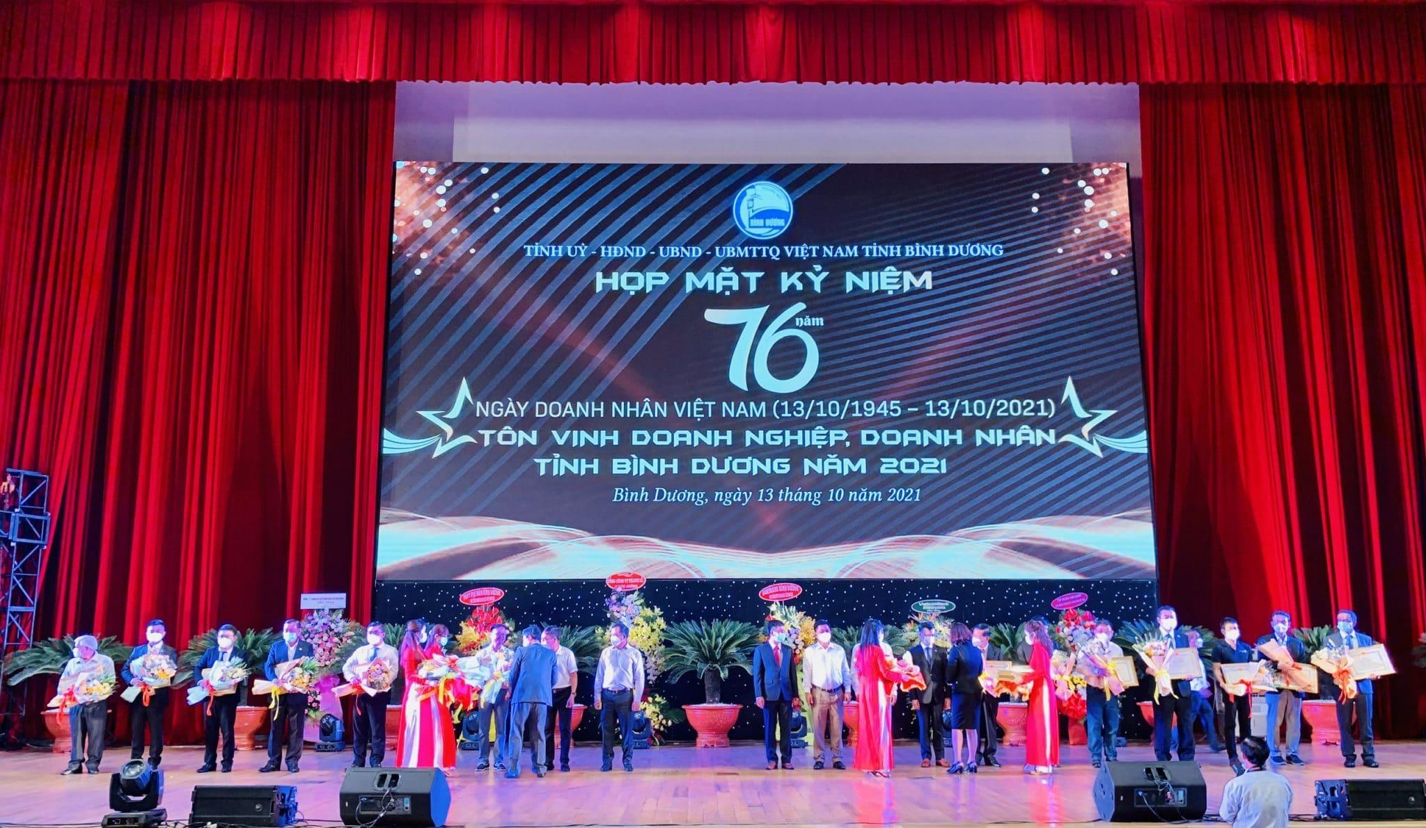 Ông: PEH CHEE SIONG Tổng Giám Đốc công ty TNHH Sing Indsutrial Gas Việt Nam đang nhận bằng khen từ Tỉnh Bình Dương
