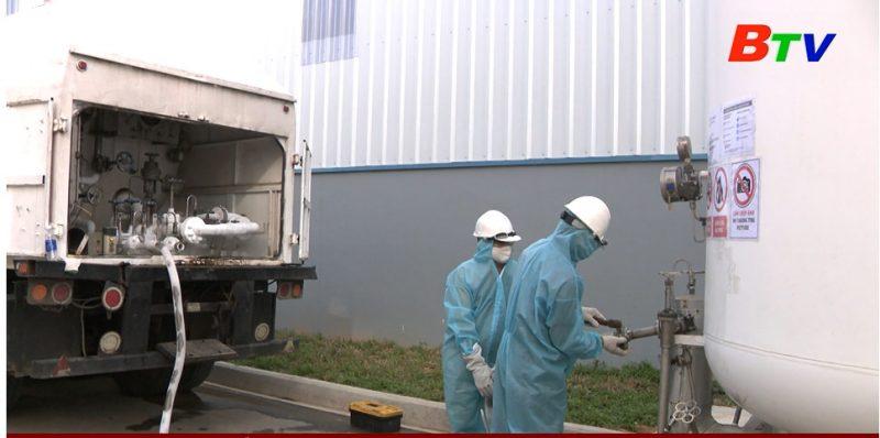 Hình ảnh nhân viên của SIG lắp đặt hệ thống khí Oxy tại bệnh viện dã chiến trong nỗ lực phòng chống và đẩy lùi dịch bệnh Covid-19